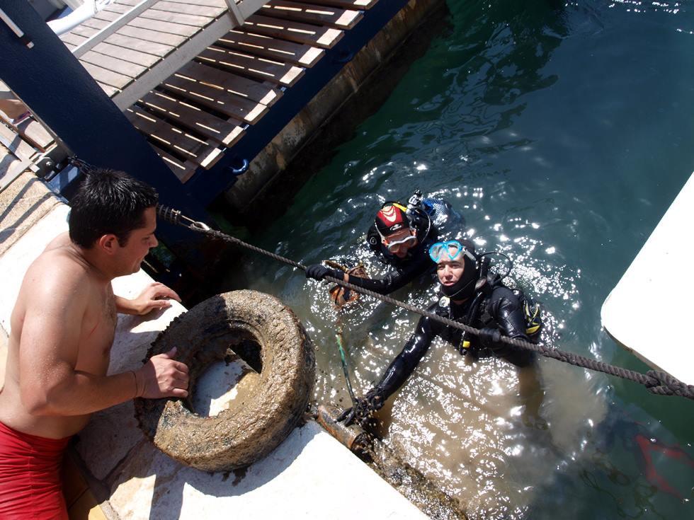 El Club  Náutico de Jávea organiza una jornada de limpieza de los fondos marinos del puerto