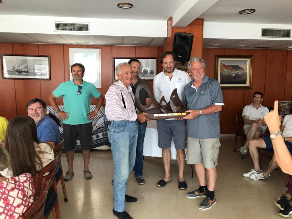 El trofeo Cabo San Antonio se queda en la vitrinas del Club Náutico de Jávea